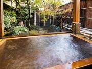 源泉掛け流しの半露天風呂付客室(日本の宿べにや)