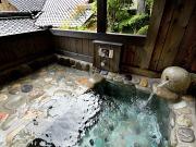 源泉掛け流しの客室専用露天風呂(湯之島館)