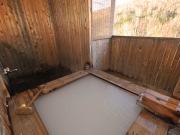 源泉かけ流しのにごり湯の露天風呂付客室(月美の宿 紅葉音)