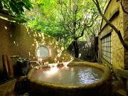 源泉かけ流しの露天風呂付客室(摘み草の宿 こまつ)
