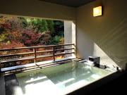 源泉掛け流しの半露天風呂付客室(山もみじの宿 八芳園)