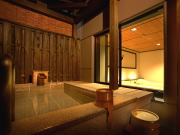 源泉かけ流しの温泉露天風呂付客室(HATAGO 井仙)