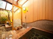 源泉かけ流しの客室露天風呂(割烹旅館 かんな和 別邸)