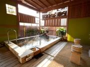 自家源泉掛け流しの露天風呂付客室(ホテル三泉閣)
