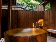 源泉かけ流しの半露天風呂付客室(松の家 花泉)